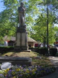 Kiskunhalas látnivalók: Búsuló kuruc szobor